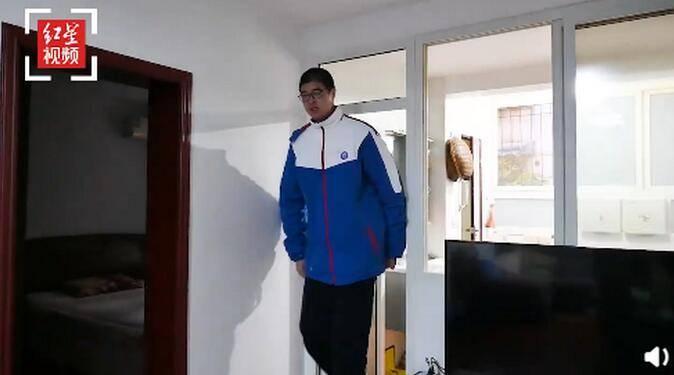 14岁男孩身高2.21米挑战吉尼斯纪录,其外公和妈妈身高超一米九