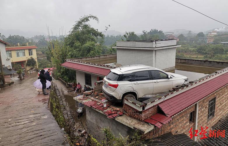 恒达官网离奇车祸!一轿车凌晨5点冲出公路开上居民房顶,幸无人伤亡
