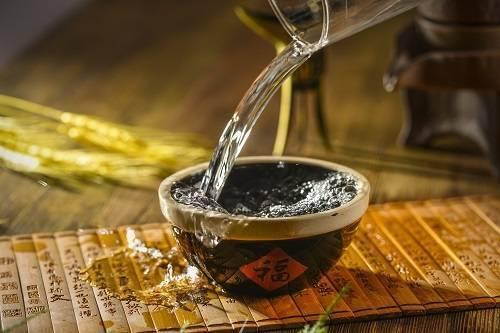 黑心!茅台制假窝点用丝袜过滤 中国白酒产量连续多年下降