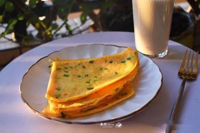 1根胡萝卜4只鸡蛋1杯面粉做成早餐饼,香软可口有营养,老少皆宜