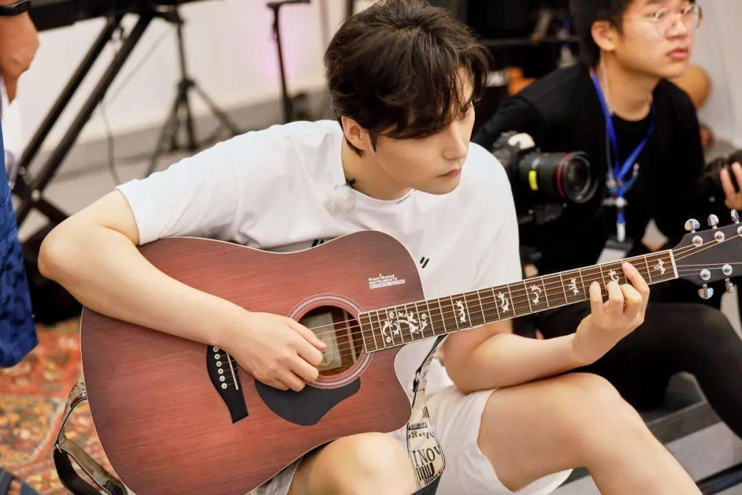 《完美的夏天》吴宣仪成舞蹈导师,阿云嘎李汶翰黄新淳合作唱和声