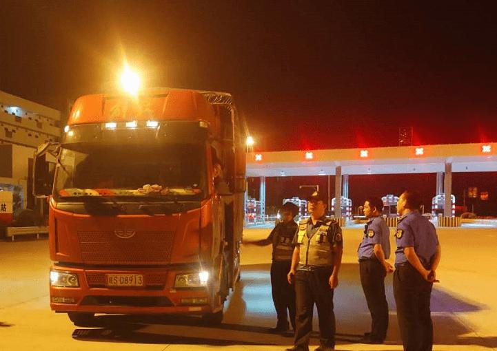 惠东打击跨区域倾倒!120多辆跨境车被扣,110多辆被罚