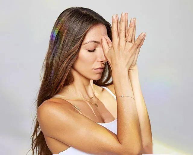 这 6 个堪称皱纹杀手的瑜伽体式,每天都应该练一遍!_双手