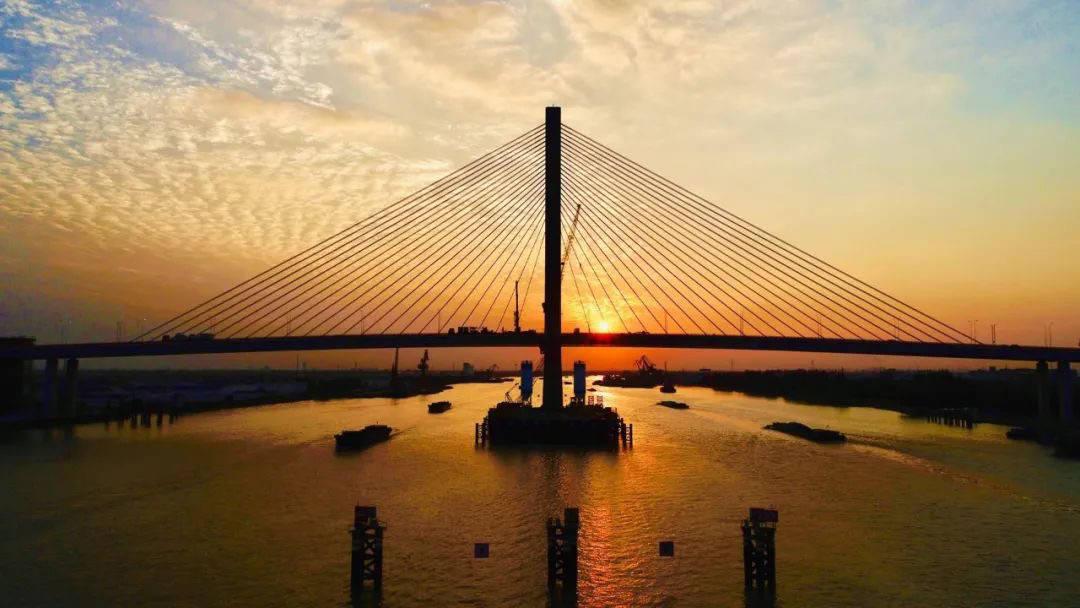 上海黄浦江上又添一座越江大桥,从而实现过江
