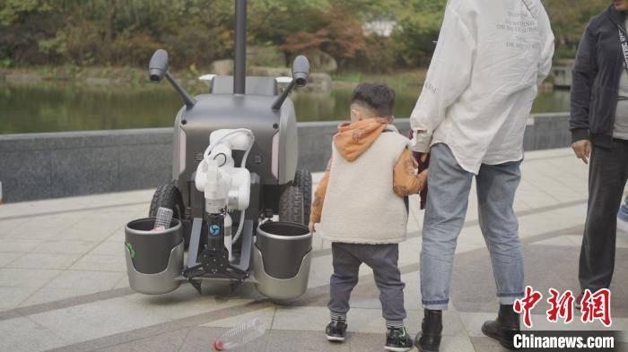 """【2020·指尖城市】杭州:机器人""""代替""""环卫工智慧清洁赋能文明城市"""