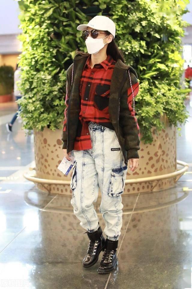 黄圣依穿红色格子衬衫搭配马甲现身机场,牛仔裤搭马丁靴个性酷飒