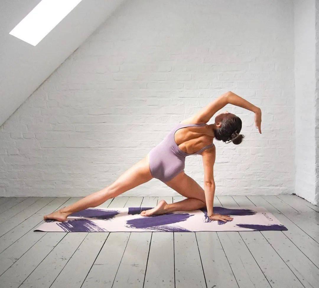 """瑜伽练腰 8 体式,让你从此做个""""小腰精"""""""
