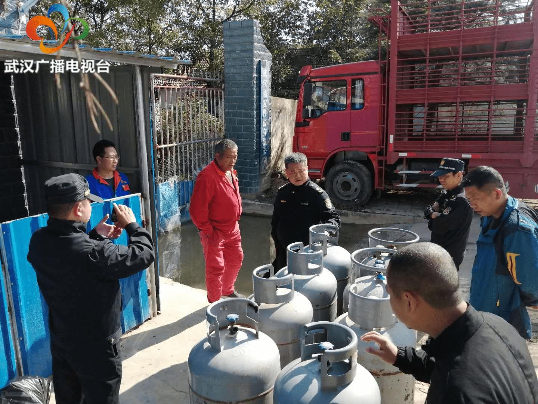 8只超大燃气钢瓶竟藏身生猪养殖场 新洲城管火速查处
