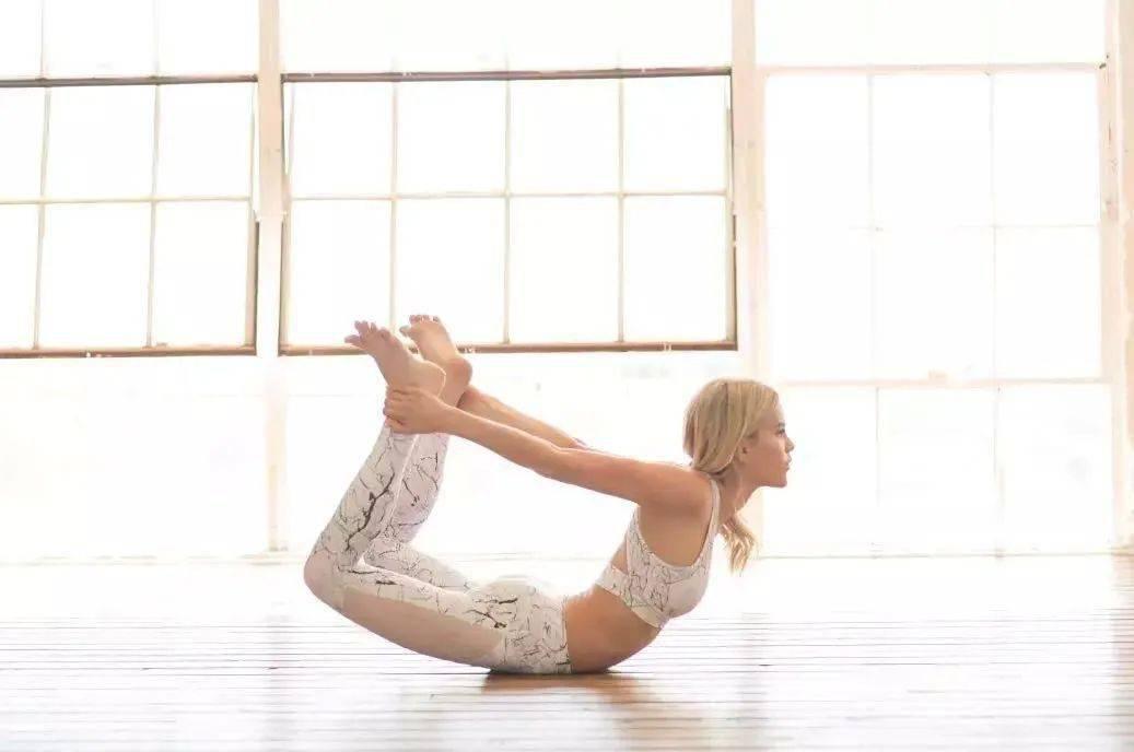 一套简单的瑜伽序列,疏通全身经络,在家就可以练