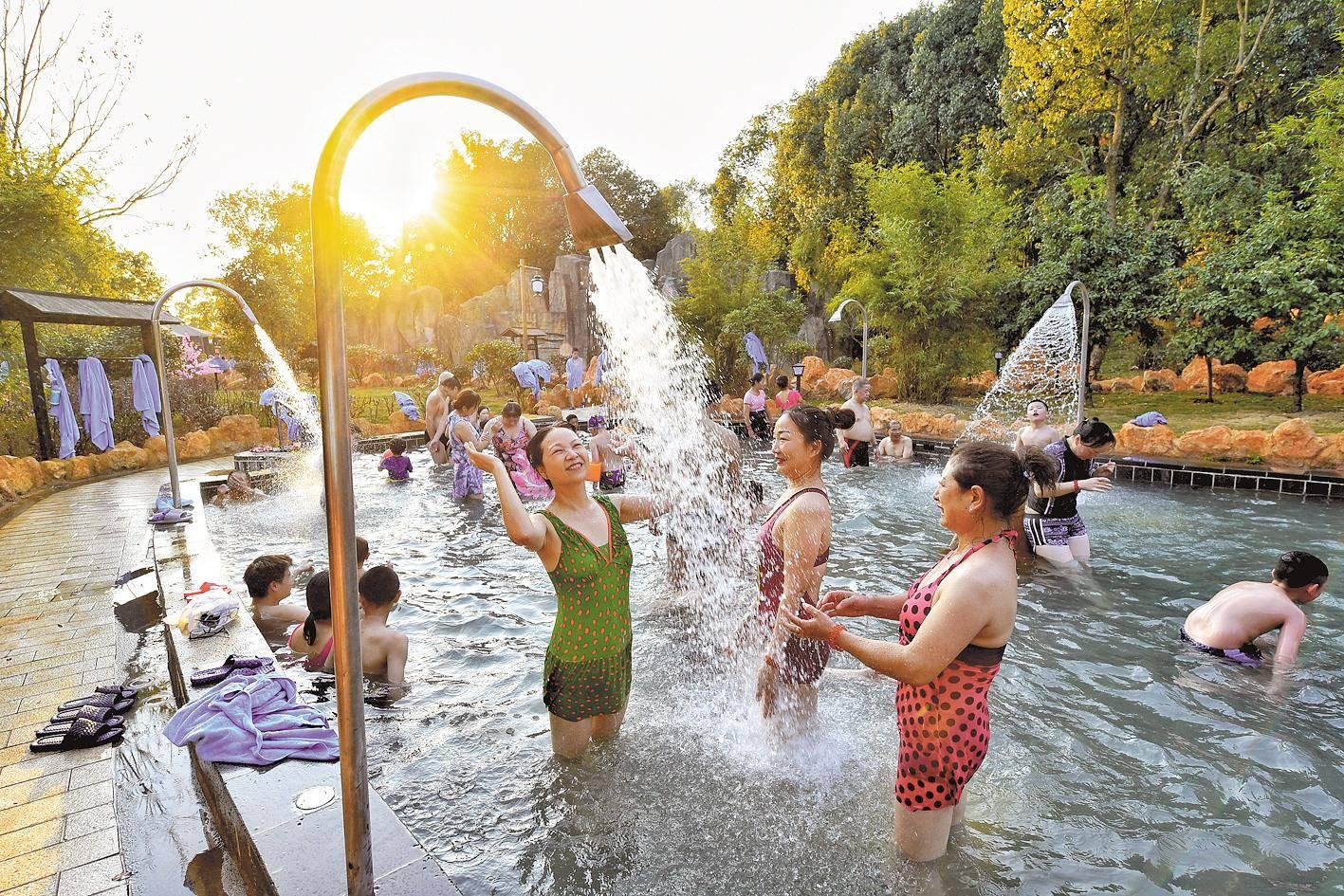 数千游客免费泡山湖温泉