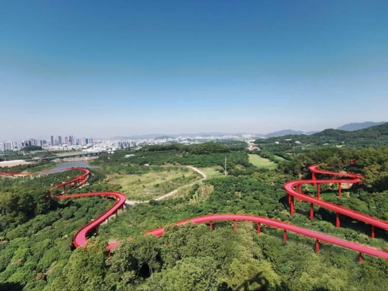 深圳光明又添一公园,占地403万㎡,森林上空的红飘带美呆