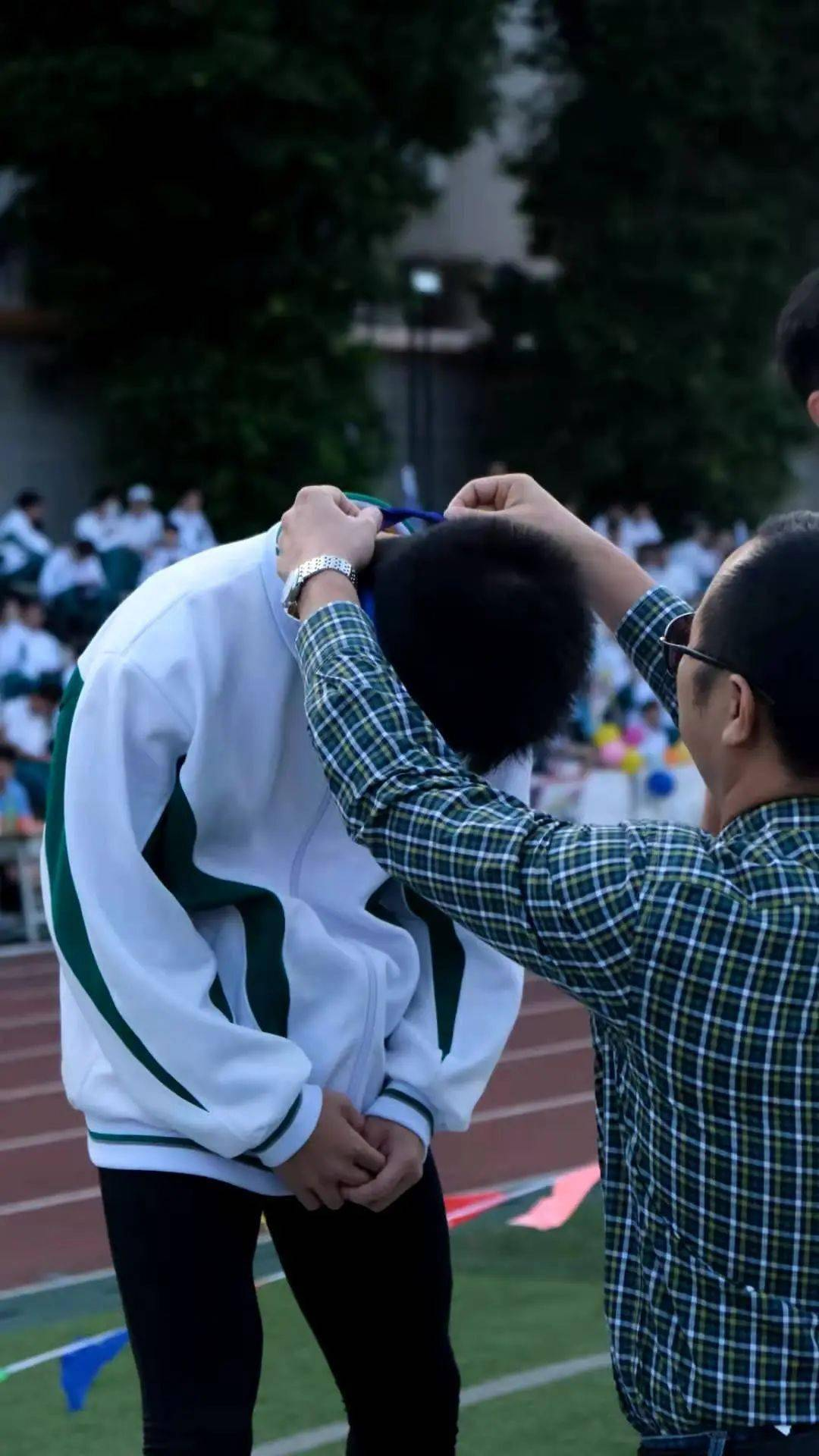 校运会摄影大赛 第三组:哪个学校的作品更吸引你?