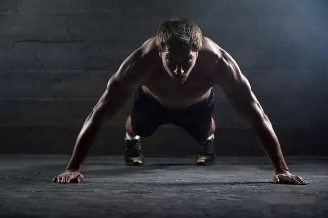 无器械怎样练出大胸肌?