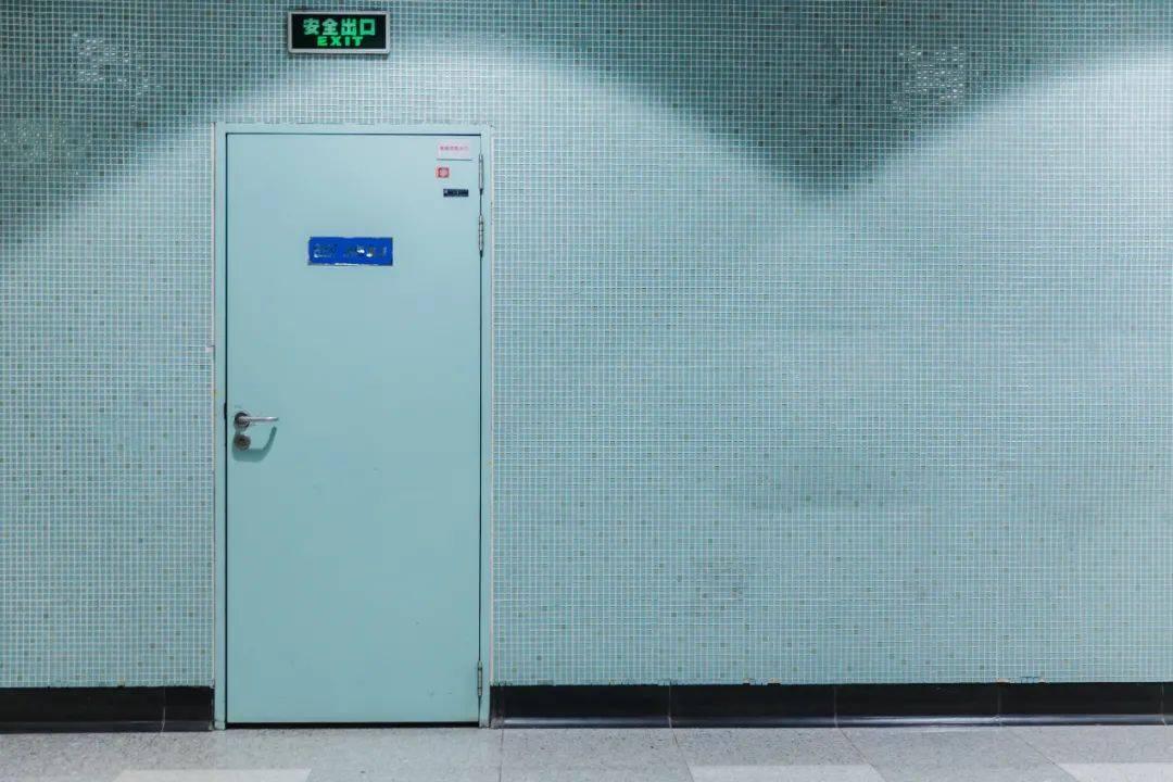 法治课丨七旬老太误入消防门摔成十级伤残,物业是否担责?