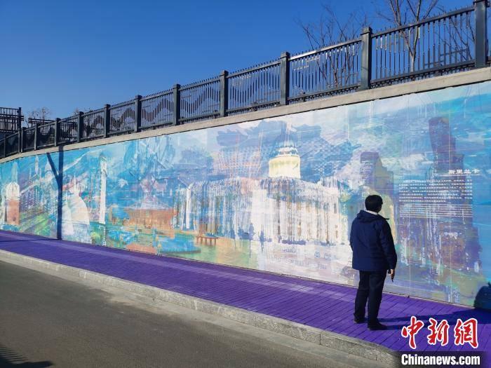 用时两年 艺术家将几十个国家和地区画在一面墙上