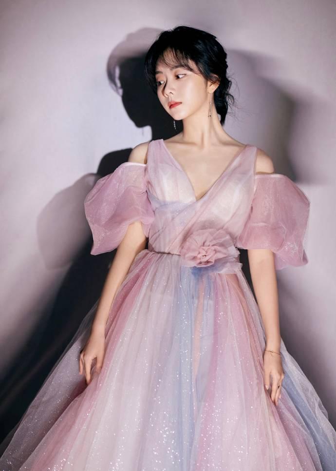 谭松韵身着穿紫色蓬蓬裙 灵动可爱
