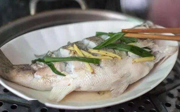 """蒸鱼怎么做才又鲜又嫩?做好""""3点"""",鱼肉鲜嫩没腥味,好吃_处理"""