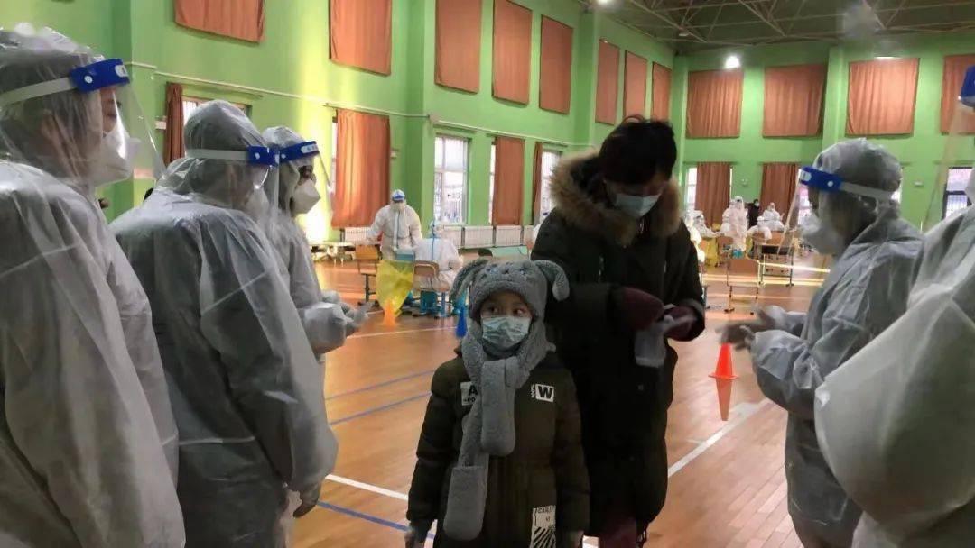 市人大和平区代表团代表赵伟支持核酸检测工作
