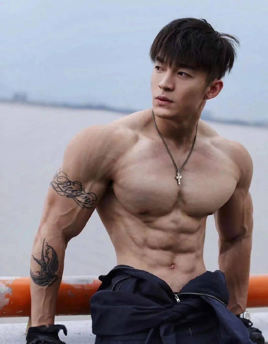 肌肉帅哥发型更衣室被偷拍,最后竟脱上衣出来全都看光了!