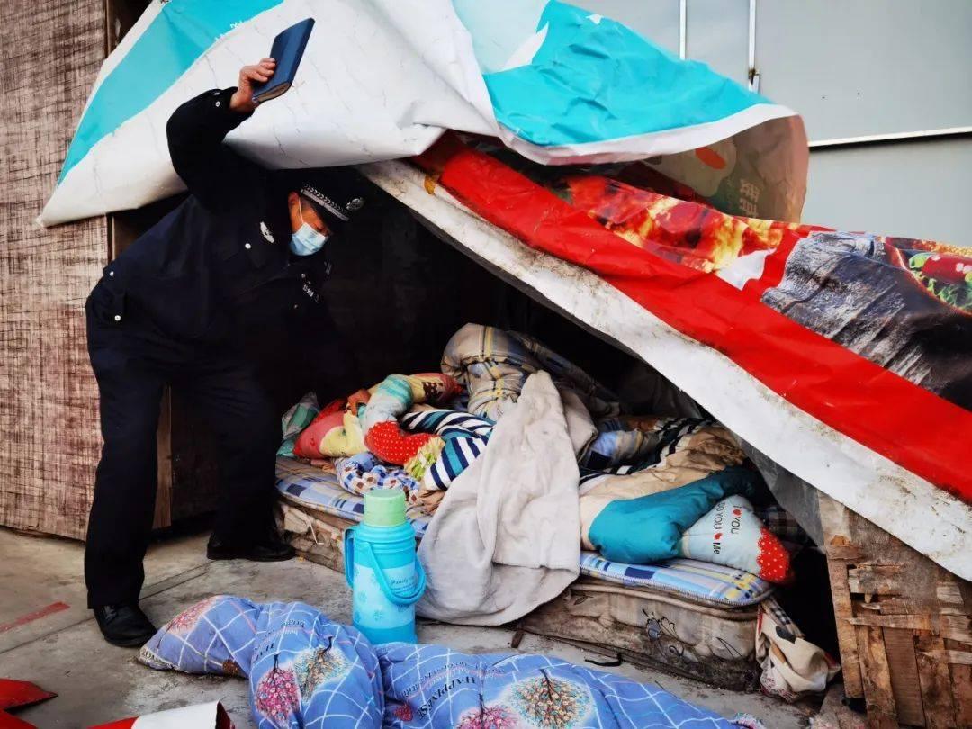 寒潮中,青岛这个警察进窝棚钻山洞专找流浪汉
