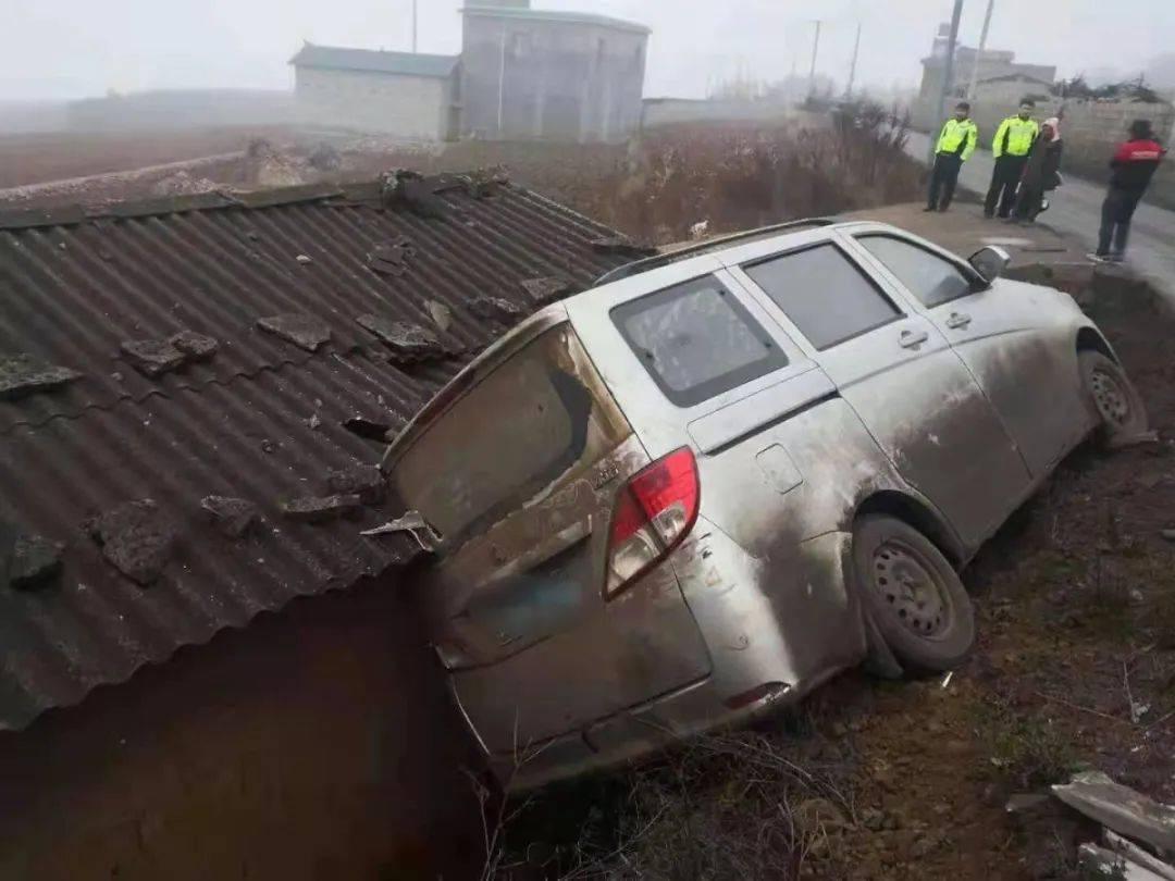 云南:惊!一处屋顶竟侧翻着一辆面包车!面包车里的司机懵了......