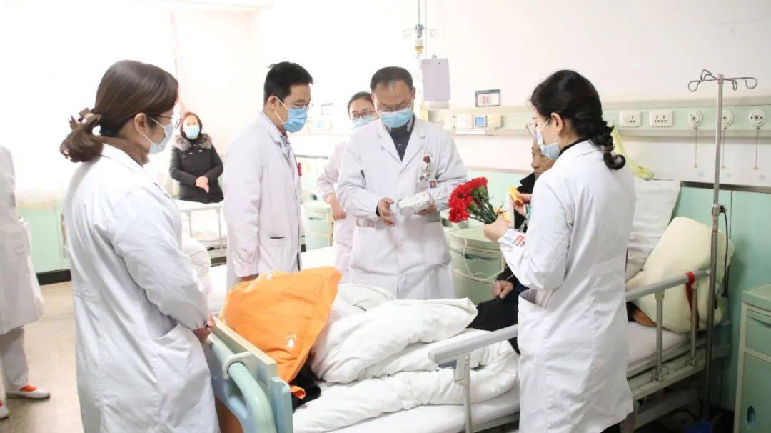 山医大二院肿瘤科上演爆款电影现实版——病房里,医生给病人送上一朵小红花  第2张