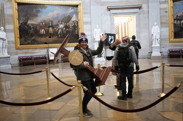 美媒:闯入美国国会大厦并搬起演讲台拍照男子遭逮捕