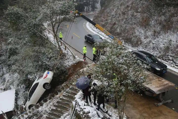 视频触目惊心!浙江一男子开车上山赏雪景,车子突然失控……