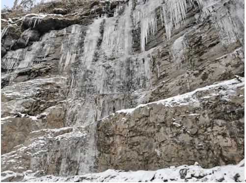 """黔江现壮丽冰瀑景观,游客慕""""冰""""而来"""
