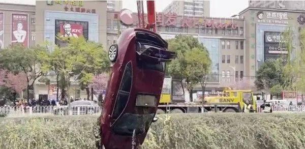昆明河里飘着一辆小轿车,车内有一人被困,救出时人已死亡!
