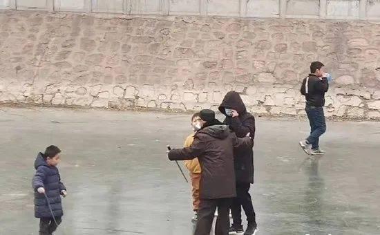"""郑州丨金水河河面结冰变身""""免费滑冰场"""" ,但市民却忽略了这个问题!"""