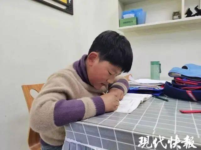 【1017丨社会】男孩考97分向妈妈报喜,结果……