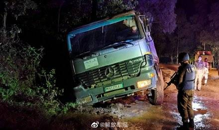 中国维和工程兵分队深更半夜援救被困车子