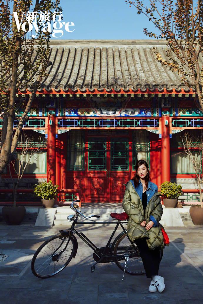 郑希怡冬日暖阳的复古造型时髦又俏皮