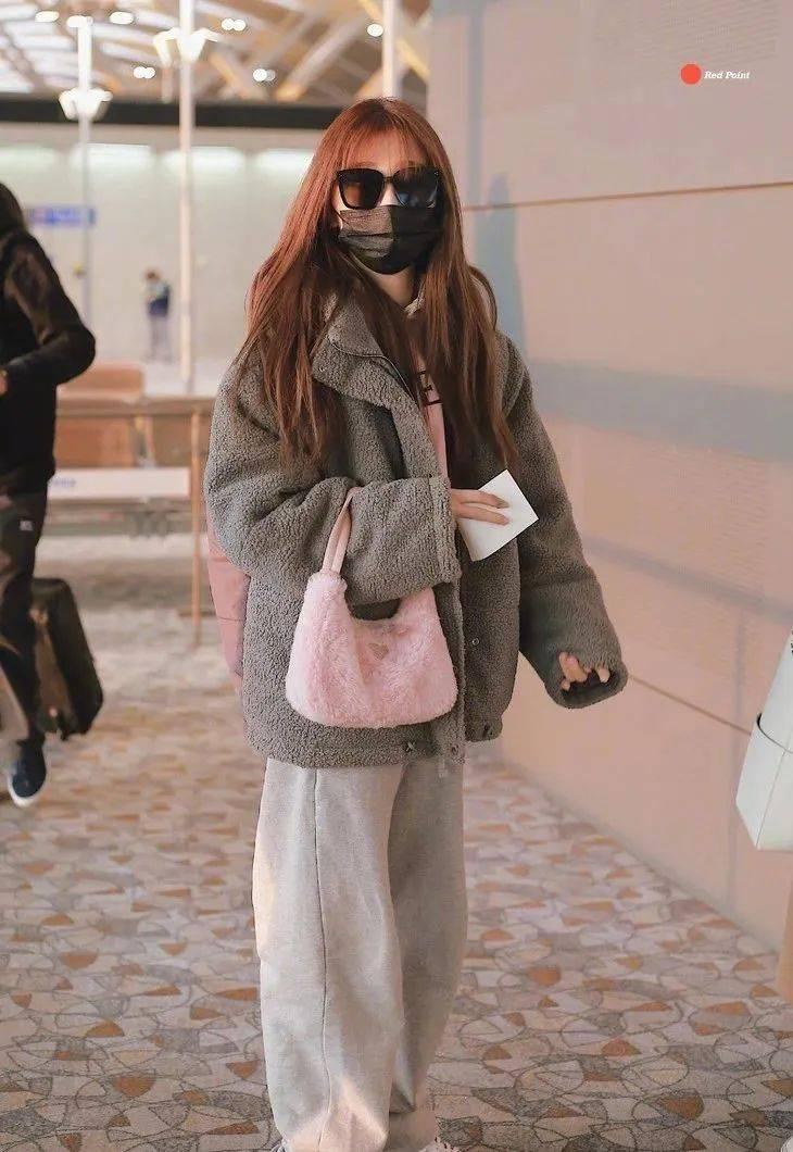新晋谋女郎刘浩存的穿搭,有点周冬雨内味了