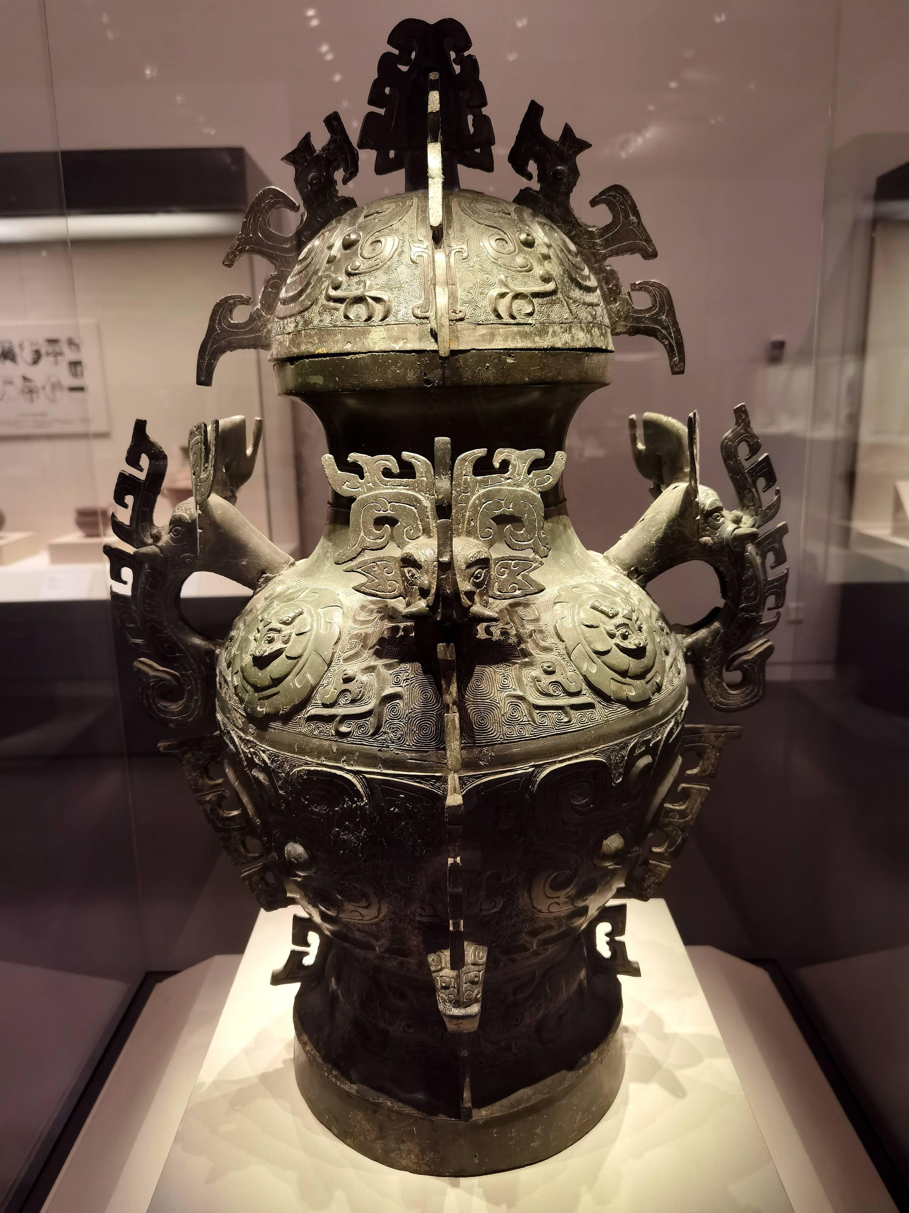 看见文物   铸造技术精湛、纹饰工艺精美的礼器——象首耳兽面纹青铜罍