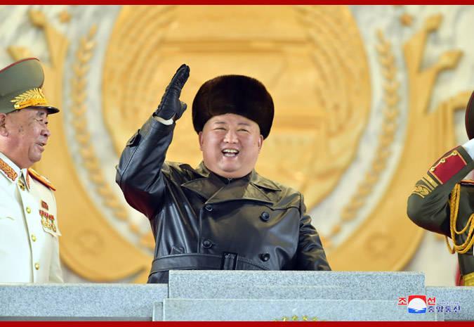 朝鲜再次举行夜间阅兵式 潜射战略导弹亮相