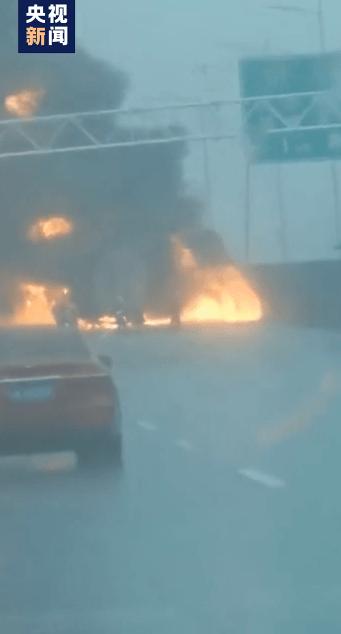 南京一油罐车起火致1名驾驶员死亡现场明火已被扑灭du7