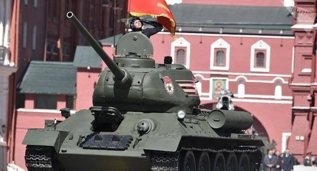 枪明明打不穿坦克,为何士兵还要向坦克倾泻子弹?有3大作用