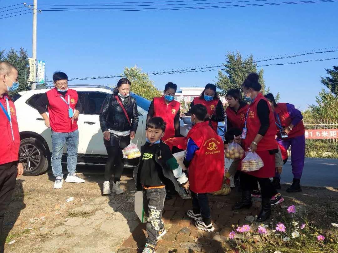 黑龙江拜泉县爱心公益志愿者协会中秋暖心行动