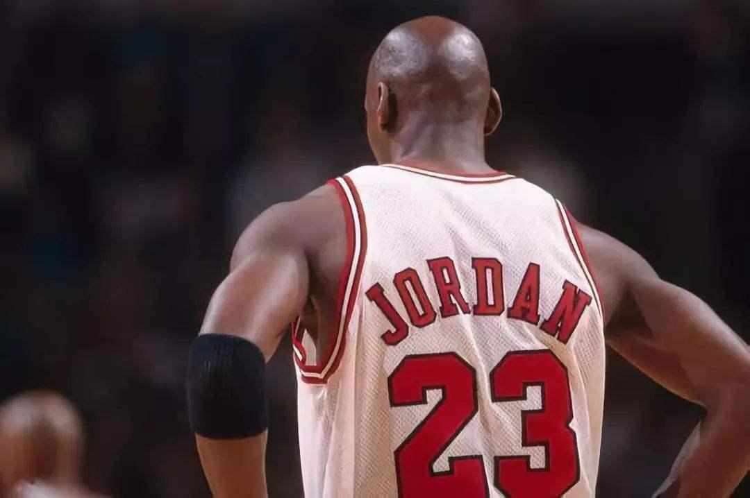 为何说NBA现役超巨只有詹姆斯?综合对比下来,库里只能算巨星