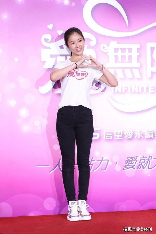 林心如真的有44岁吗?简单白T牛仔裤为公益站台 素颜状态像少女 时尚家庭 第5张
