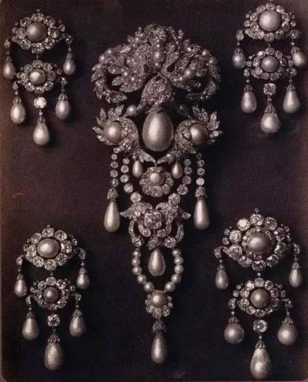 秋季必备!胸针最时髦的8种戴法,让你美得高级又优雅....