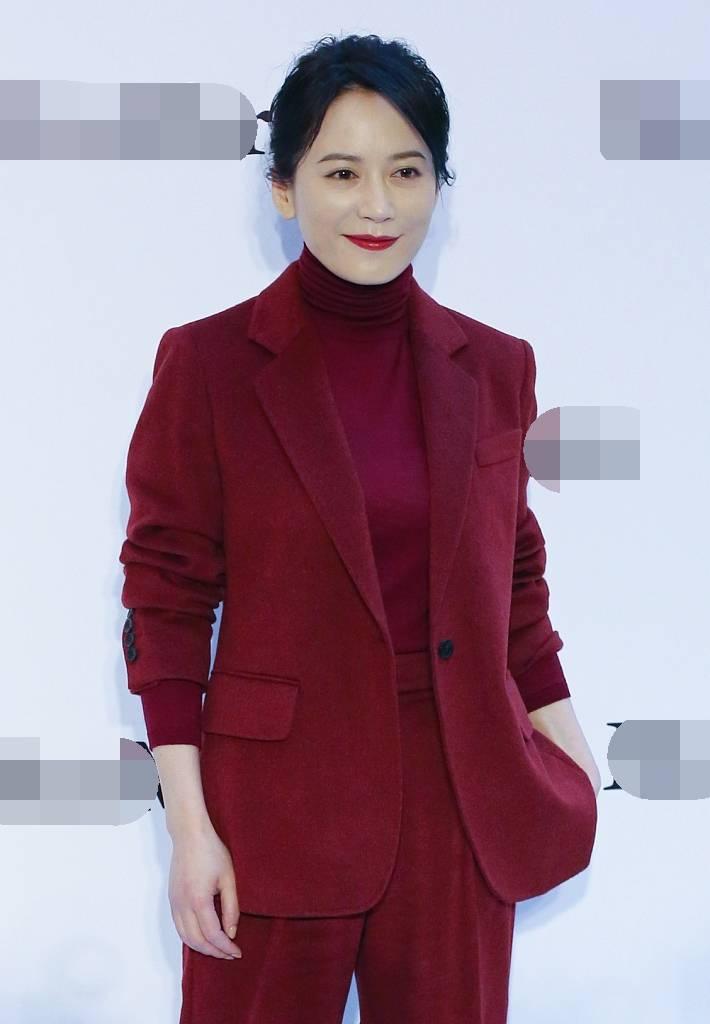 俞飞鸿一身穿红色西装成熟大气 浅笑优雅气质绝杀