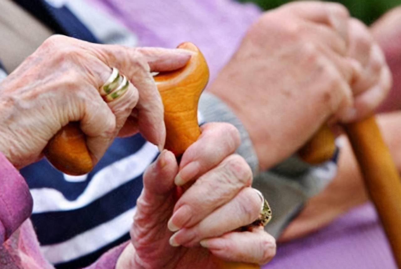 在养老这件事上,当代老人普遍都是靠国家的养老金补贴和子女赡养插图(1)