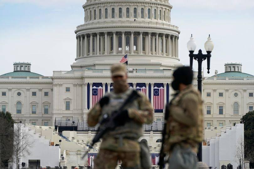 美军集结华盛顿主干道,设置路障铁丝网,为拜登就