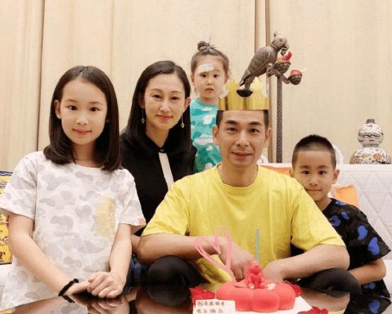 """赵文卓为保姆""""庆生""""送奢华项链,3个孩子与保姆亲近,像一家人"""