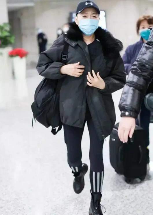 原来宋丹丹真的很潮!派克大衣配漂亮的裤子,漂亮又酷。59岁还有女生腿