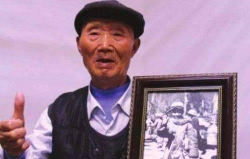 他12岁扛枪打日寇被记者拍下照片70年后看到照片老泪纵横