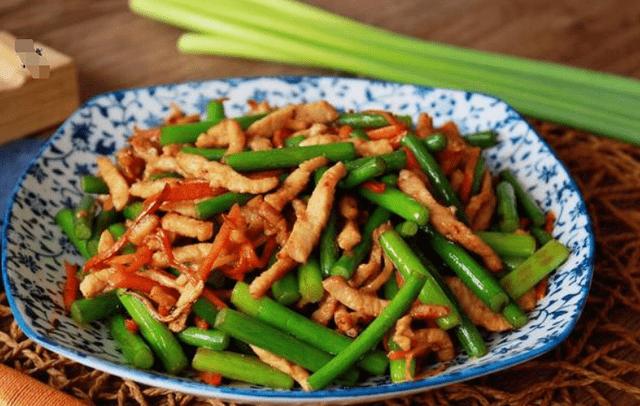 做蒜苔炒肉丝时,千万不可直接下锅炒,多加1步,蒜苔翠绿肉不老